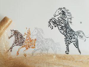Cavalos - Design de Hicham Chajai com caligrafia árabe